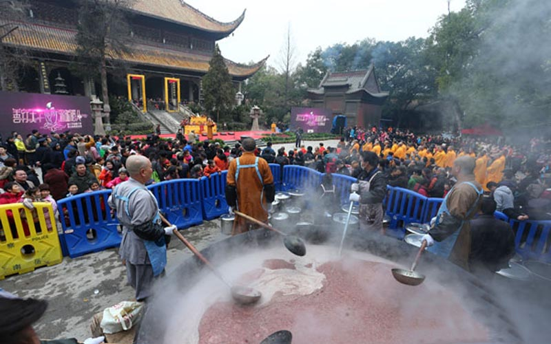 Laba Congee Given to Tourists on Hengshan Mountain on Laba Festival